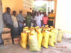Distribution of hunger relief campaign food supplies by the catholic sisters near Baharini. Image 3/5.